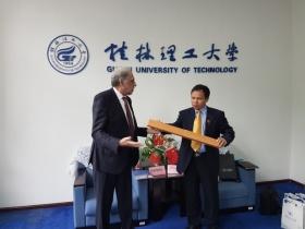 Ao encontro de sinergias na Universidade de Tecnologia Eletrónica de Guilin